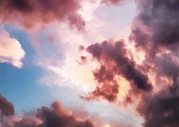 Pink og hvide skyer på blåt himmel. Skal repræsentere velvære, ekstase, og helbredelse.