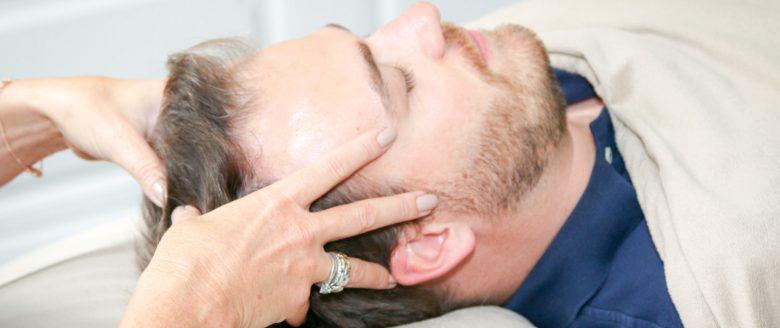 Bars behandling anti stress med hænder på hoved tæt på.