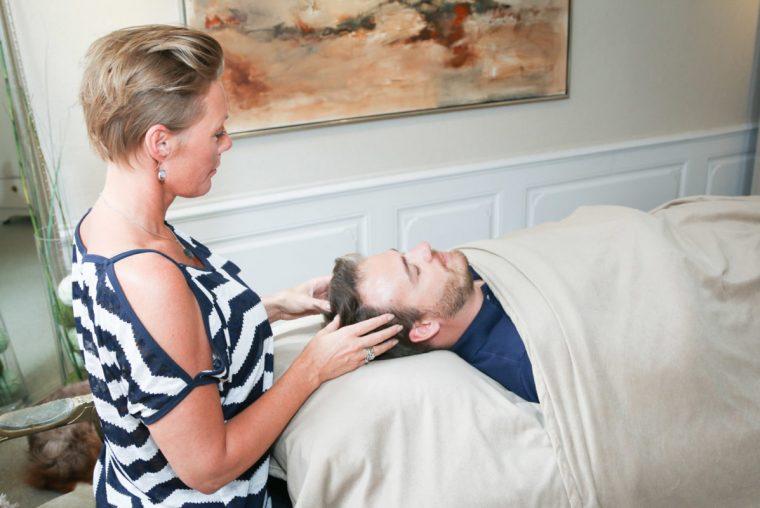 Bars behandling anti stress med hænder på hoved