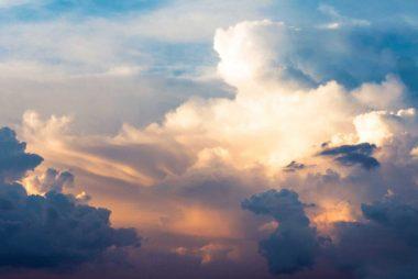 Gule, blå og hvide skyer, som repræsentere, bevægelse, og opløftet sind og krop.