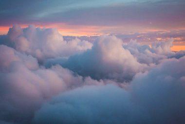Blå og mørke grå skyer, ved solnedgangen. Repræsenterer naturens skødhed og barskhed i et.