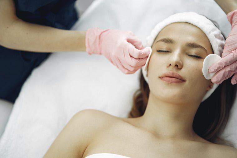 En kvinde får en afslappende ansigtsbehandling