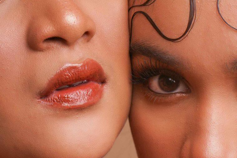 To kvinder med makeup på kigger ind a kameraet. Skal repræsentere en behandling med permanent make-up fra Malue Sommer Wellness