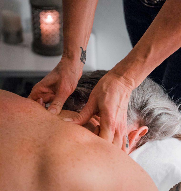 Malue Sommer arbejder med hænderne. Masserer en kundes ryg og nakke.