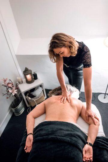 Malue Sommer giver fysiurgisk massage af en kunde med sin hænder.