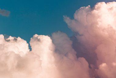 Vanilje himmel skyer som repræsenterer en permanent make-up behandling hos Malue Sommer Wellness