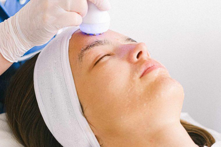 En kvinde får en effektiv ultralydsbehandling under hendes ansigtsbehandling hos Malue Sommer.